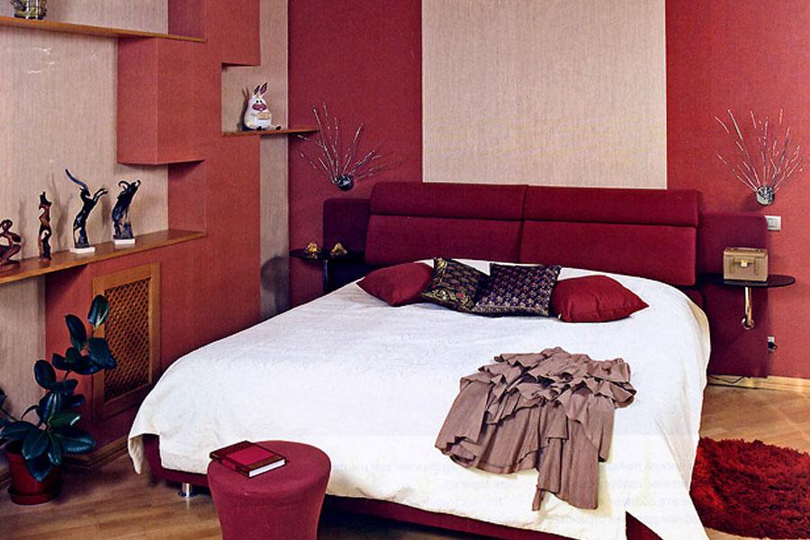 Кровать темного красного цвета