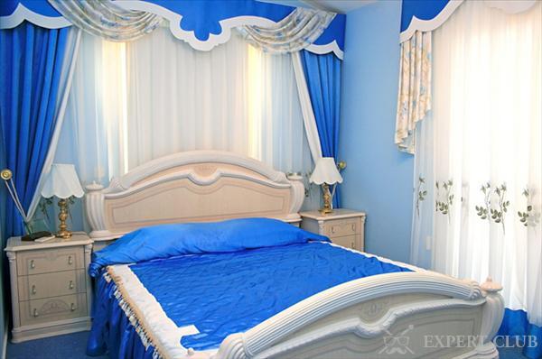 Кровать в синих тонах