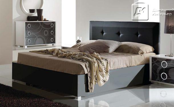 Кровать в современном оформлении черного цвета