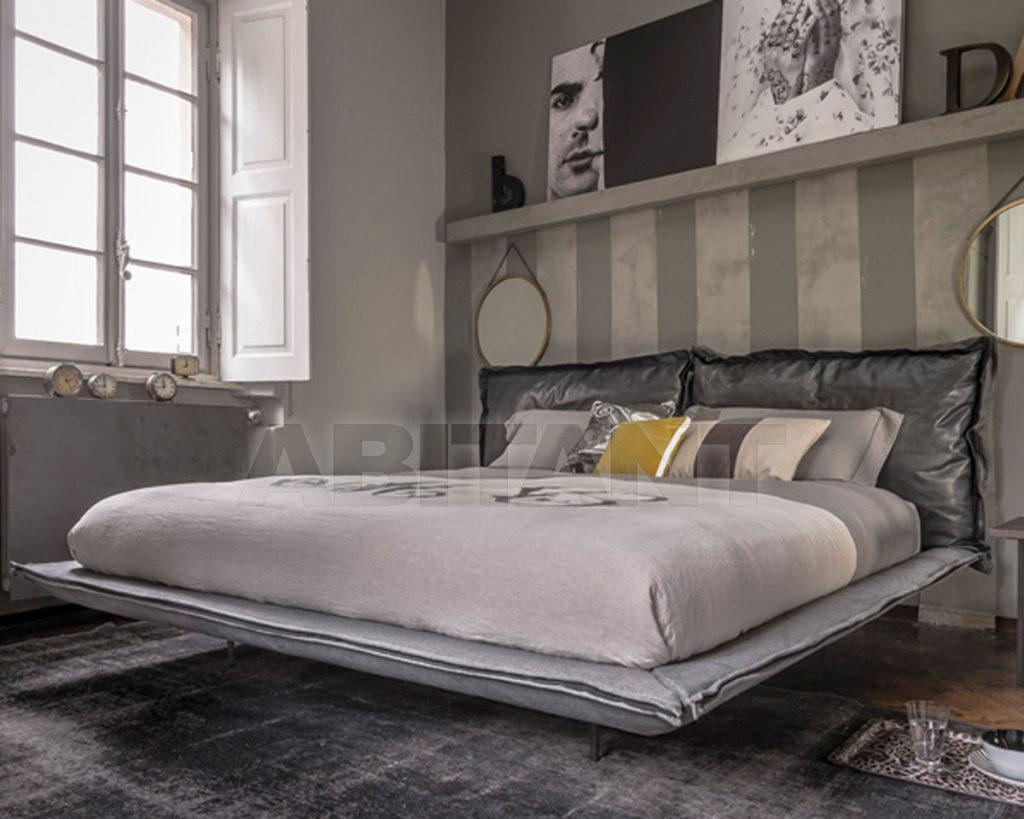 Кровать в светлом сером цвете