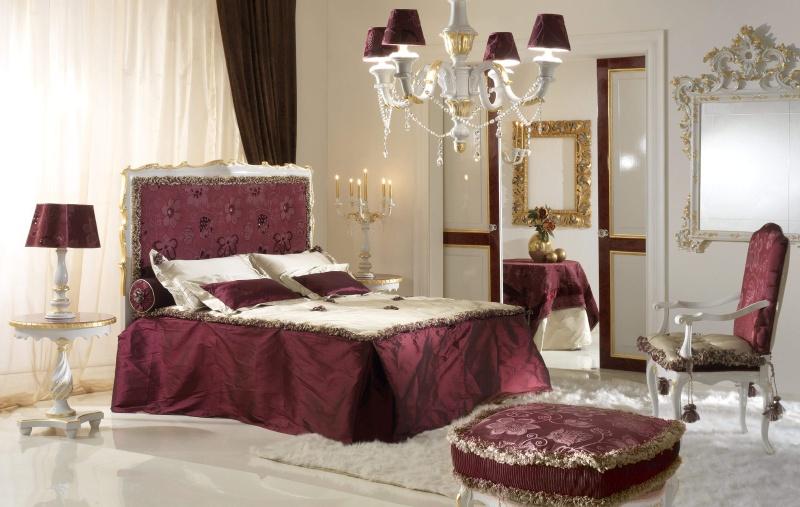 Кровать в ярком бордовом цвете