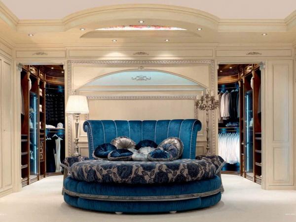 Круглая кровать синего цвета для дома