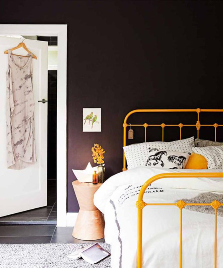 Металлическая желтая современная кровать