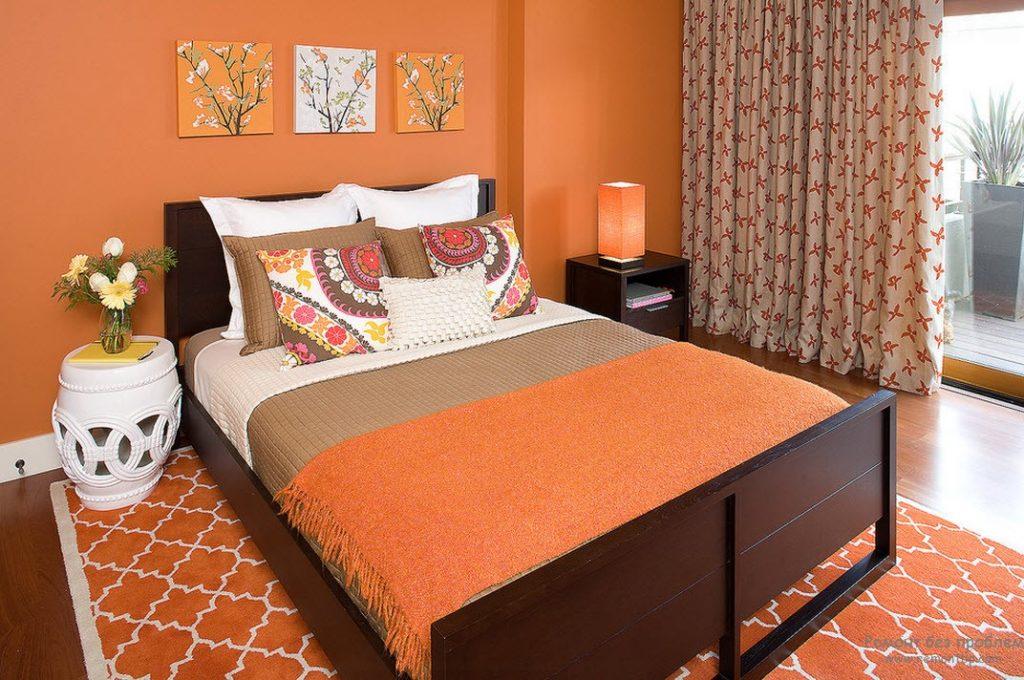Мягкая оранжевая привлекательная кровати