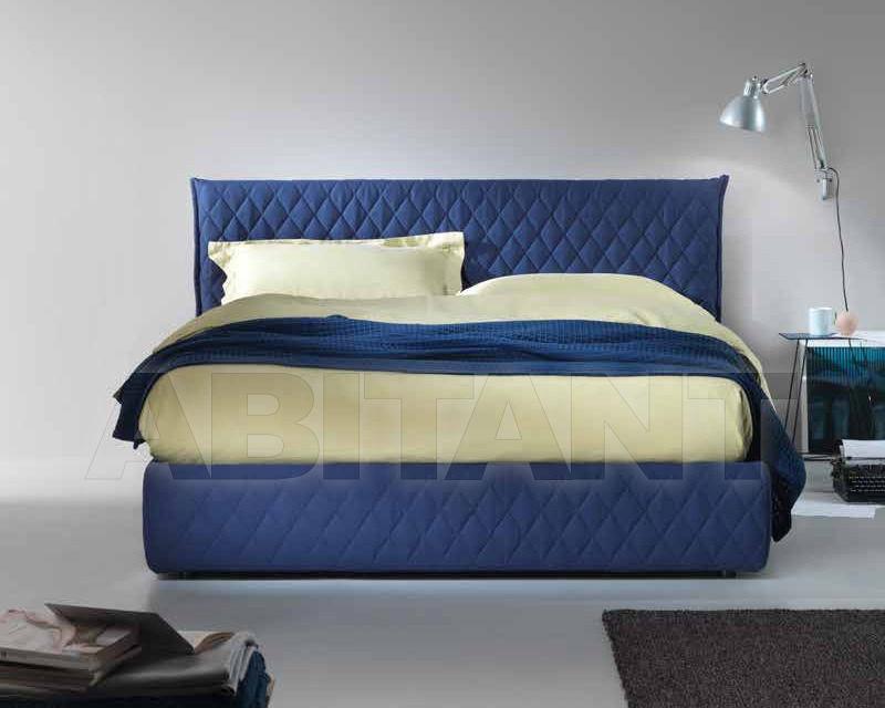 Мягкая современная кровать синего цвета