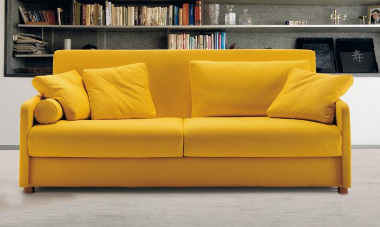 Мягкий желтый диван для дома