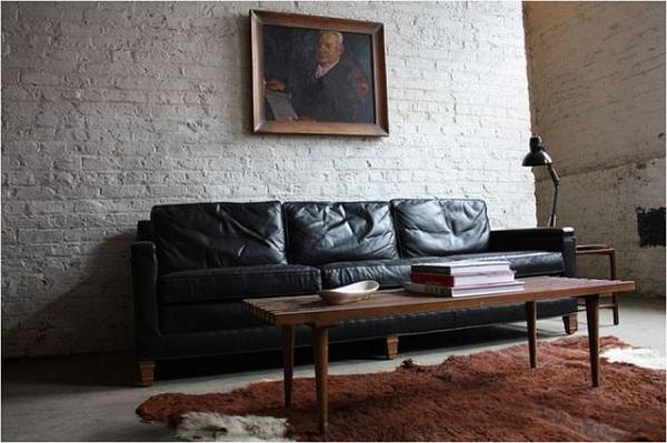 Мятый диван черного цвета