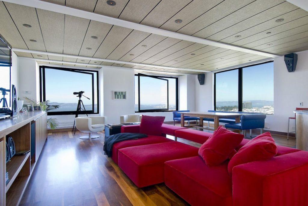 Насыщенные красные диваны для дома