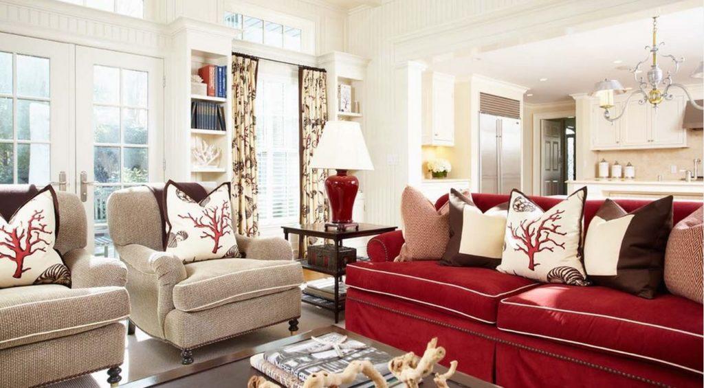 Насыщенный бордовый диван в интерьере дома