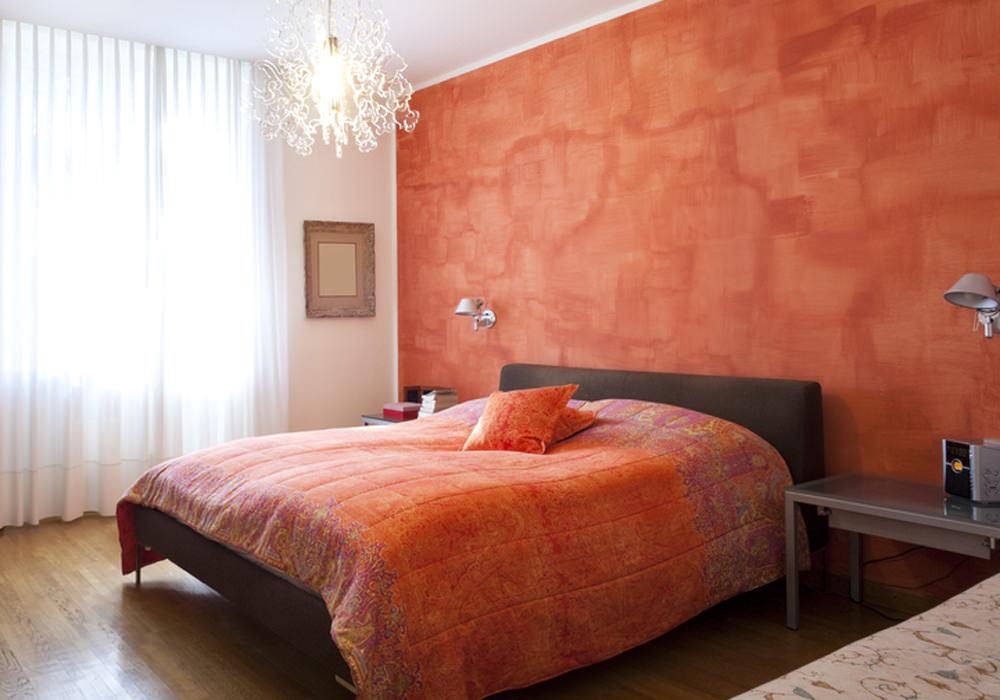Насыщенный оранжевый цвет современной кровати