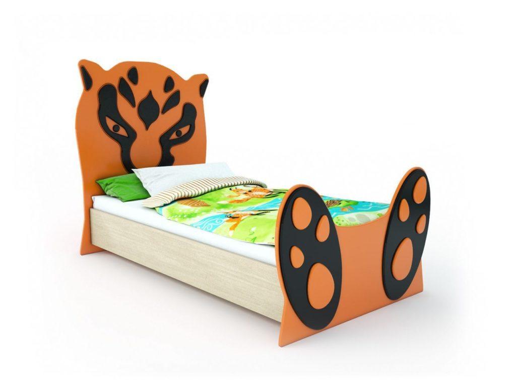 Небольшая детская оранжевая кровать