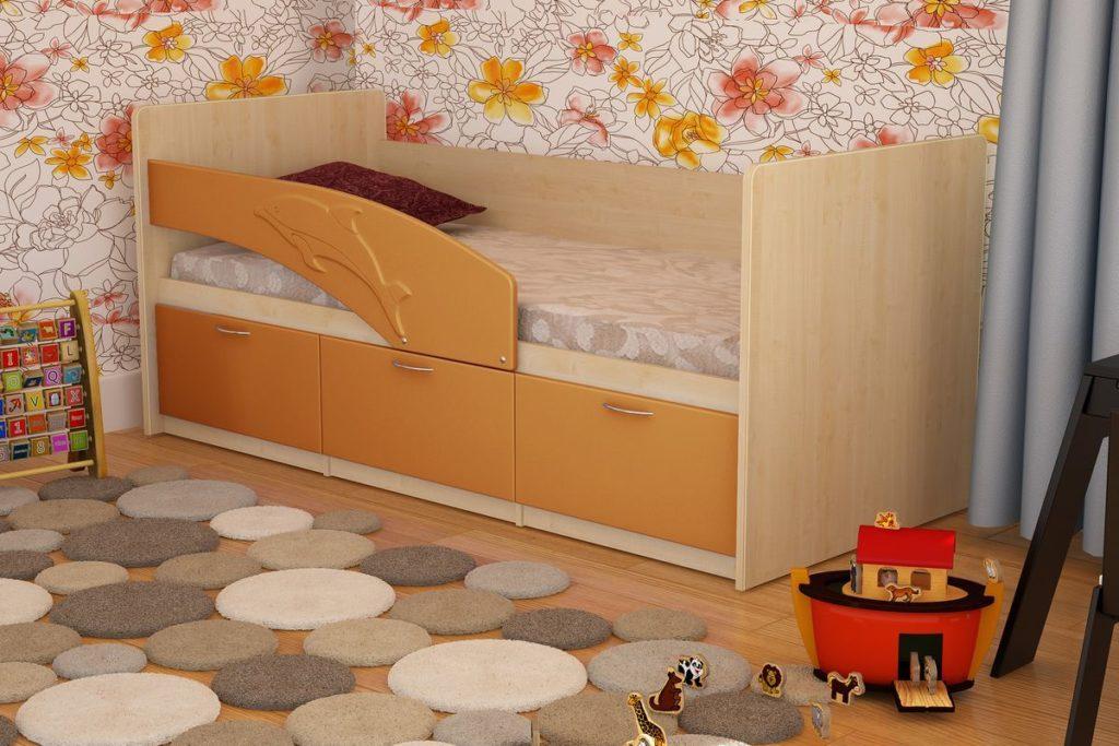 Небольшая кровать оранжевого яркого цвета