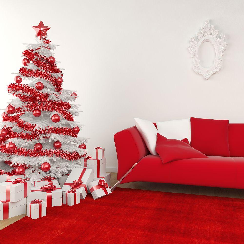 Небольшой диван красного цвета