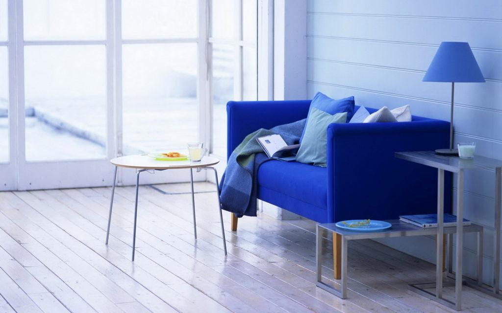 Небольшой диван на ножках синего цвета