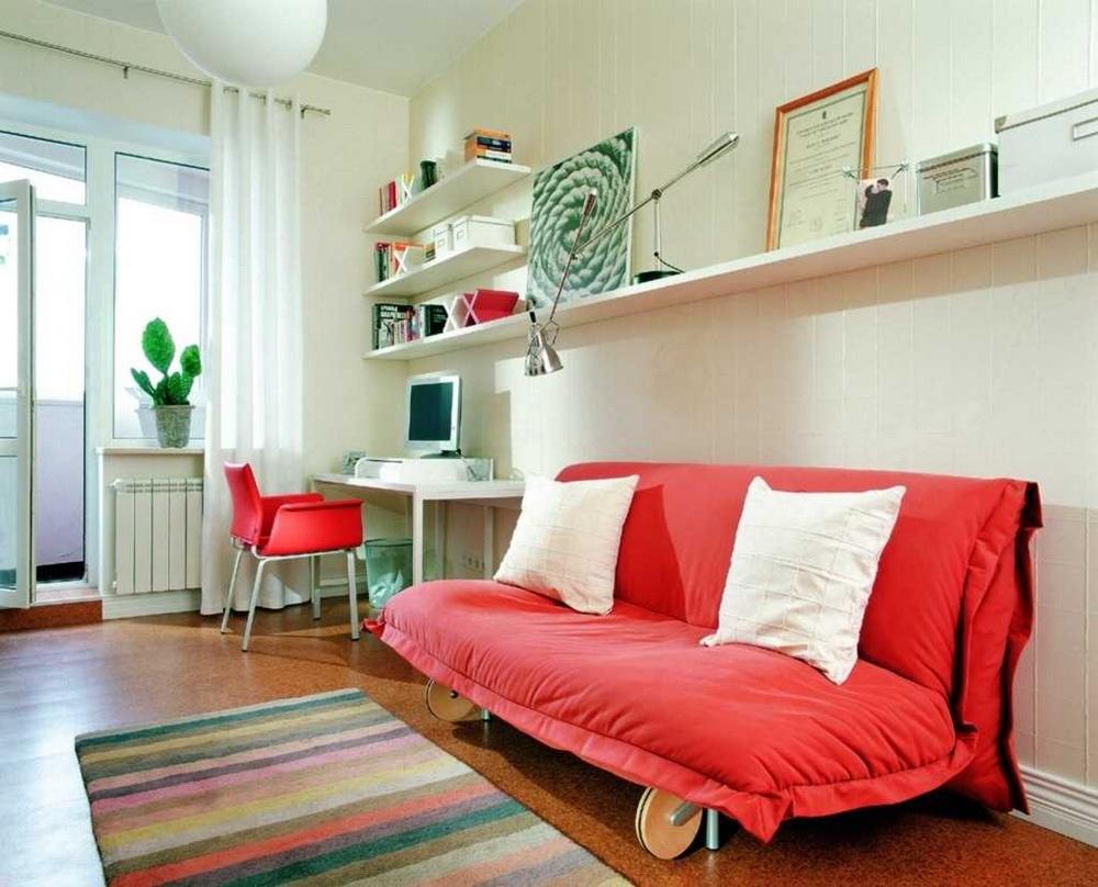Небольшой красный диван