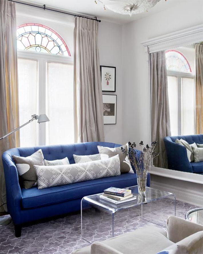 Небольшой синий практичный диван