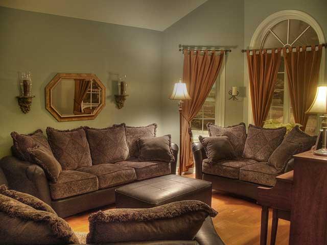 Несколько коричневых диванов комнате