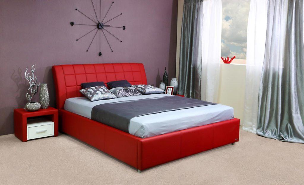 Низкая кровать красного цвета в спальне