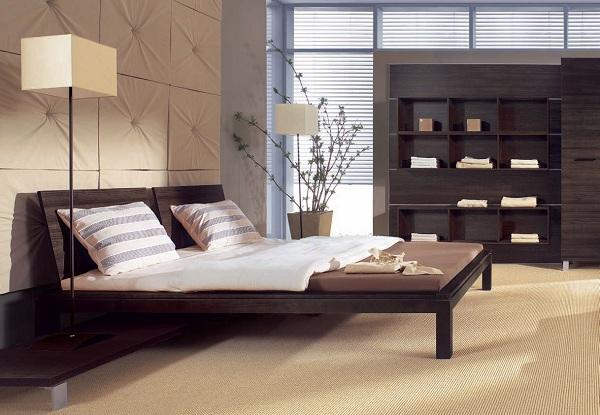 Низкая кровать в коричневом цвете