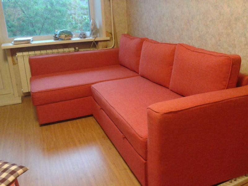 Обустройство гостиной с орнажевым диваном