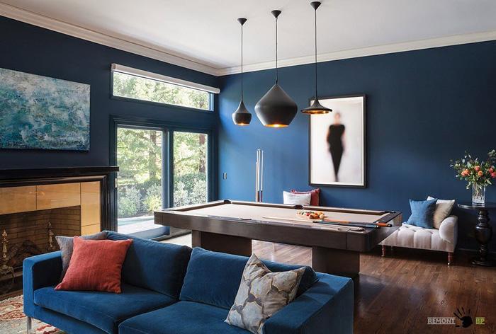 Обустройство гостиной с синим диваном