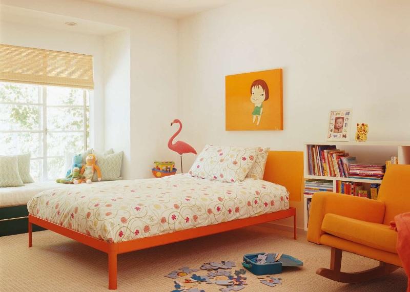 Односпальная кровать, оформленная в оранжевом цвете