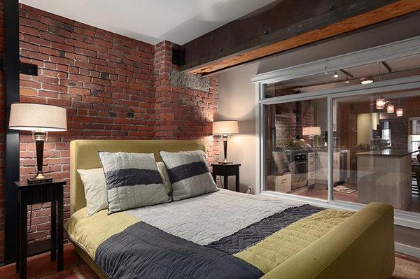 Однотонная кровать желтого цвета