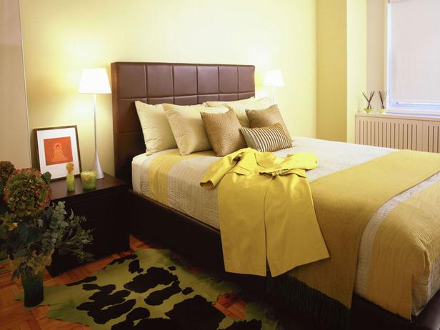 Оформление кровати желтого цвета