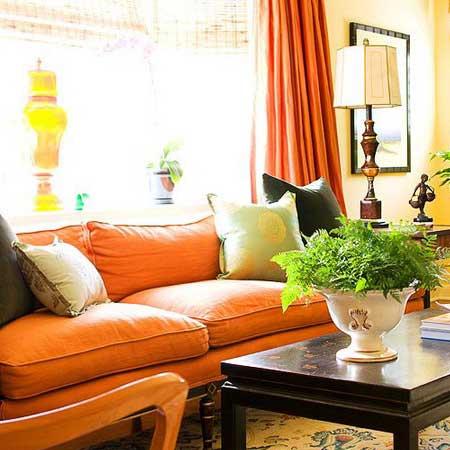 Оранжевый диван может быть акцентным в помещении