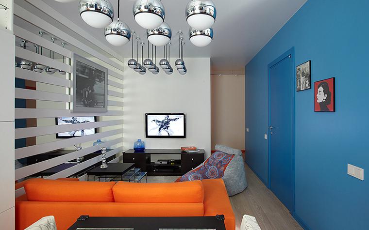 Оранжевый диван в интерьере комнаты