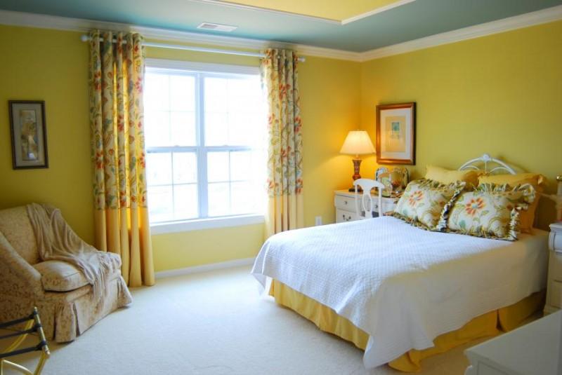 Оригинальная кровать желтого солнечного оттенка