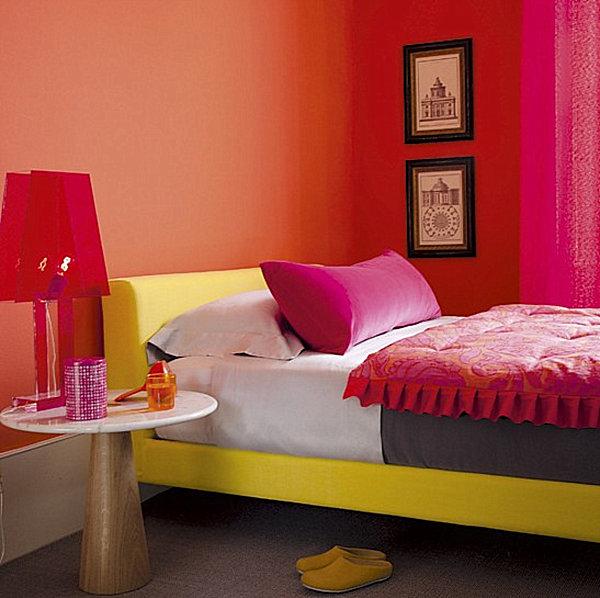 Оригинальное сочетание оттенков в спальне с желтой кроватью