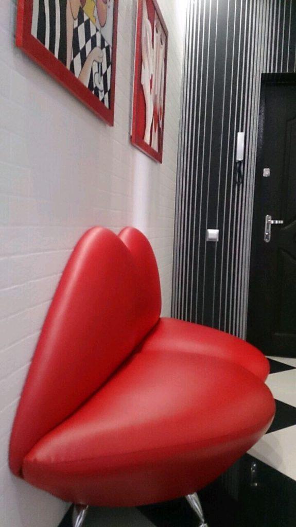 Оригинальный дизайн красного дивана