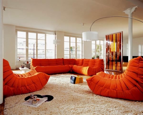 Оттенок оранжевого сделает диван акцентным
