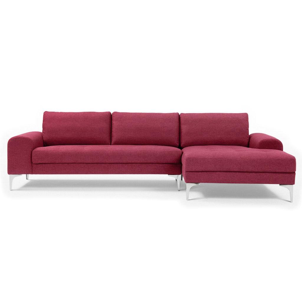 Посторный красный диван приятного оттенка