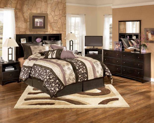 Практичная кровать для спальни коричневого цвета