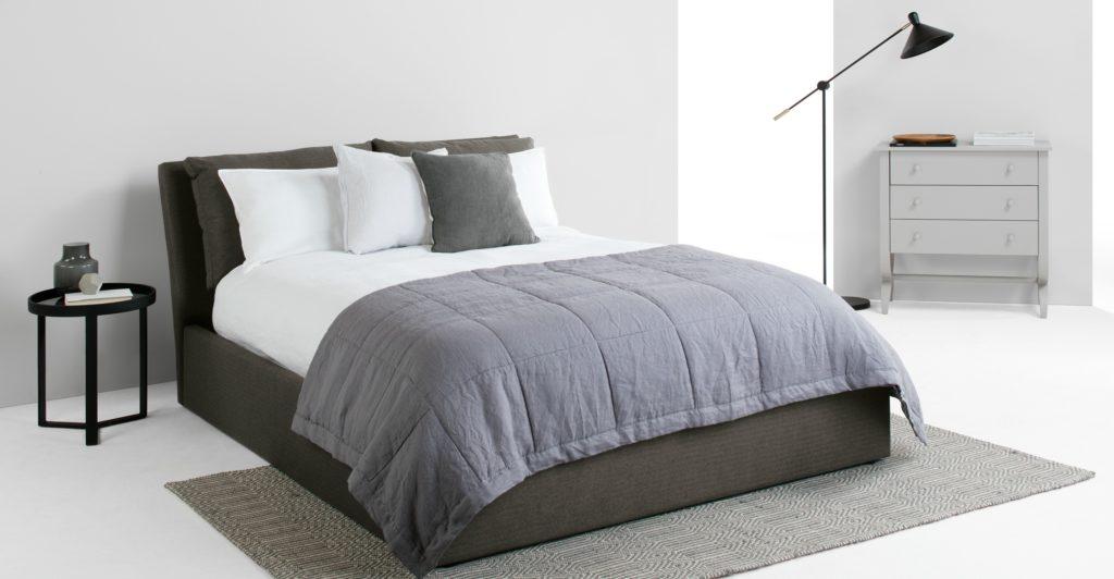 Практичная кровать в сером цвете