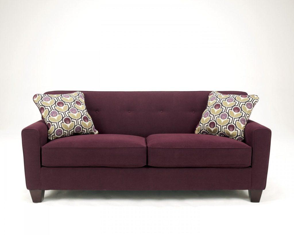 Практичный бордовый диван с подушками