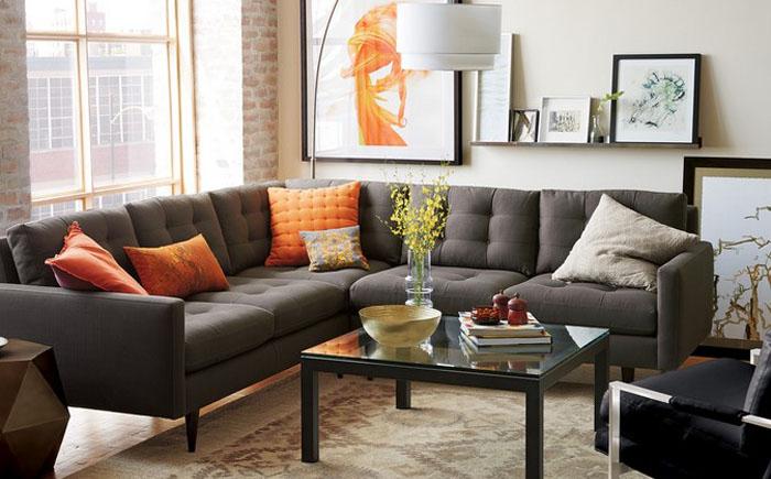 Практичный диван серого цвета