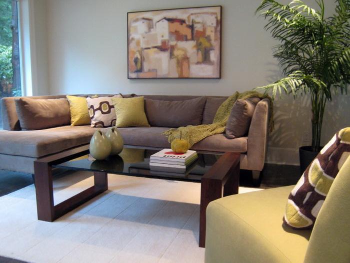 Практичный коричневый диван для дома