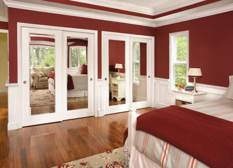 Пример использования бордовой кровати в интерьере спальни