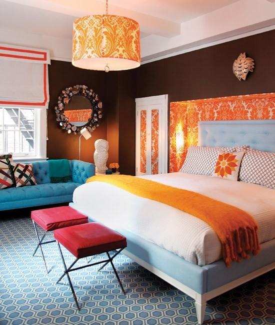 Пример использования кровати в насыщенном оранжевом цвете