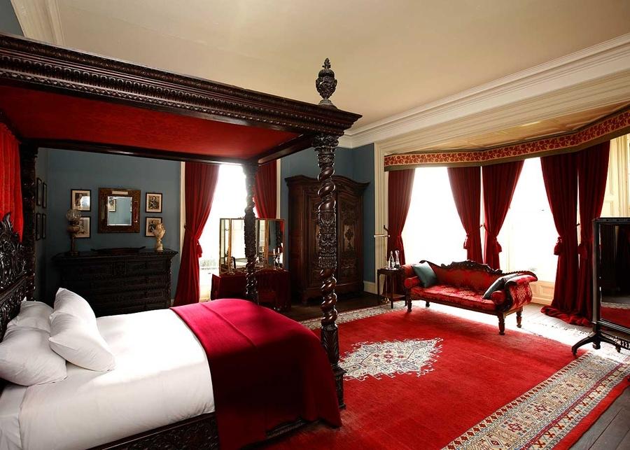 Пример обустройства спальни с красной кроватью