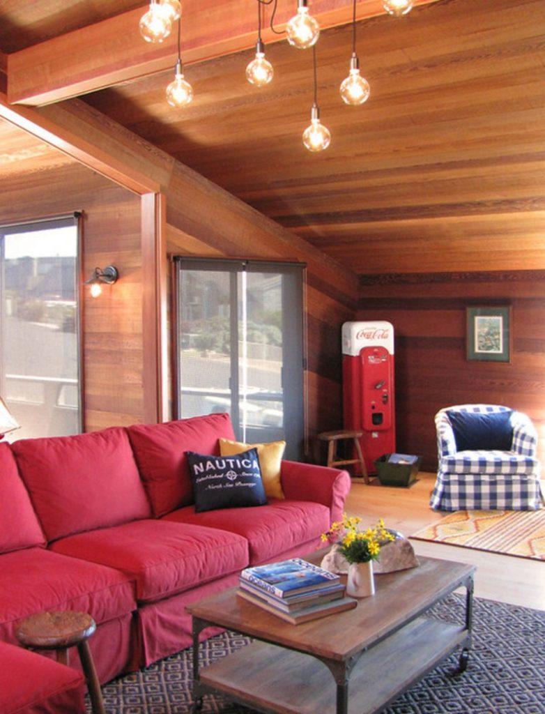 Пример оформления интерьера с красным диваном