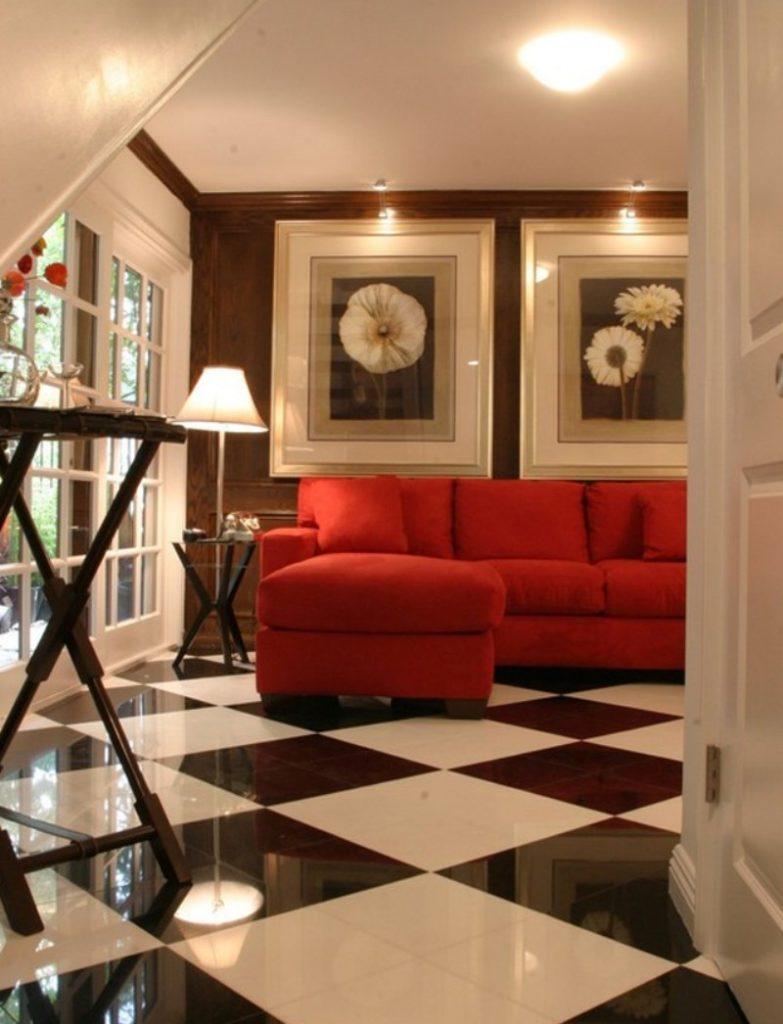Пример применения бордового дивана в интерьере