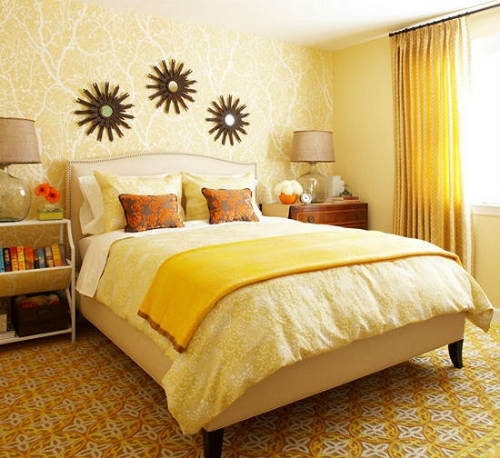 Привлекательно смотрится желтая бледная кровать