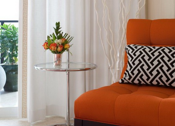 Приятная обивка дивана оранжевого цвета