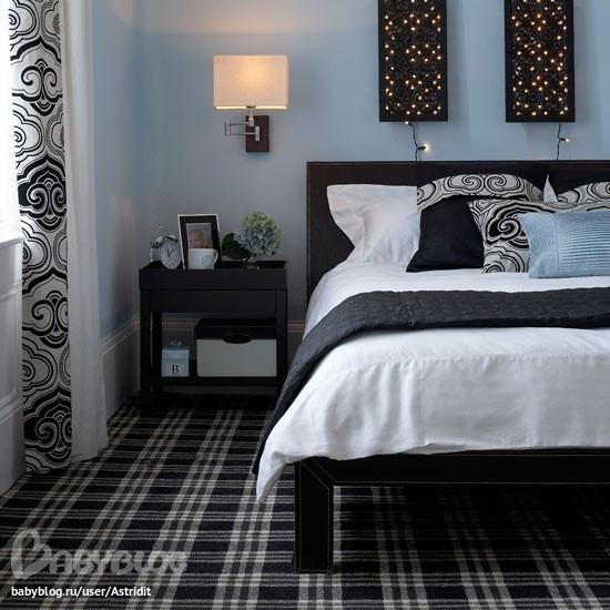 Приятный дизайн спальни с черной кроватью
