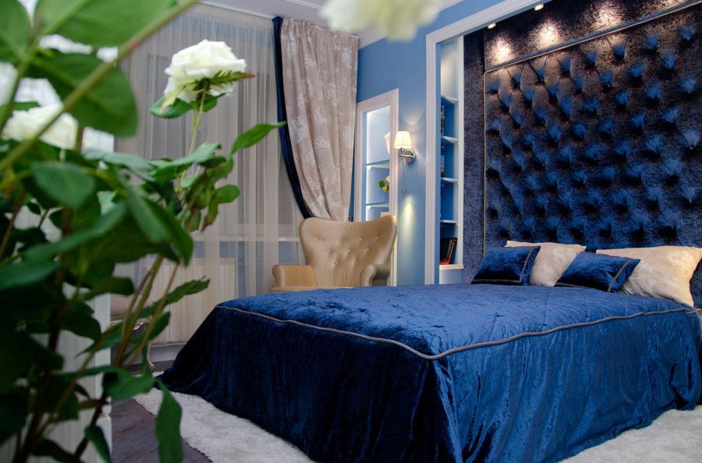 Приятный синий цвет современной кровати