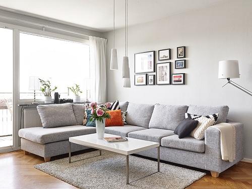 Приятный светлый оттенок серого дивана